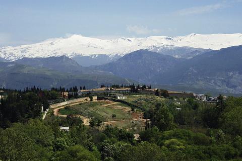 Schneebedeckte Gipfelregion der Sierra Nevada Nationalparks in Spanien