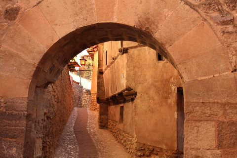 Torbogen in den engen Gassen Albarracín 480x320