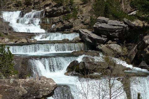 Wasserfälle in einer Schlucht Nationalparks in Spanien