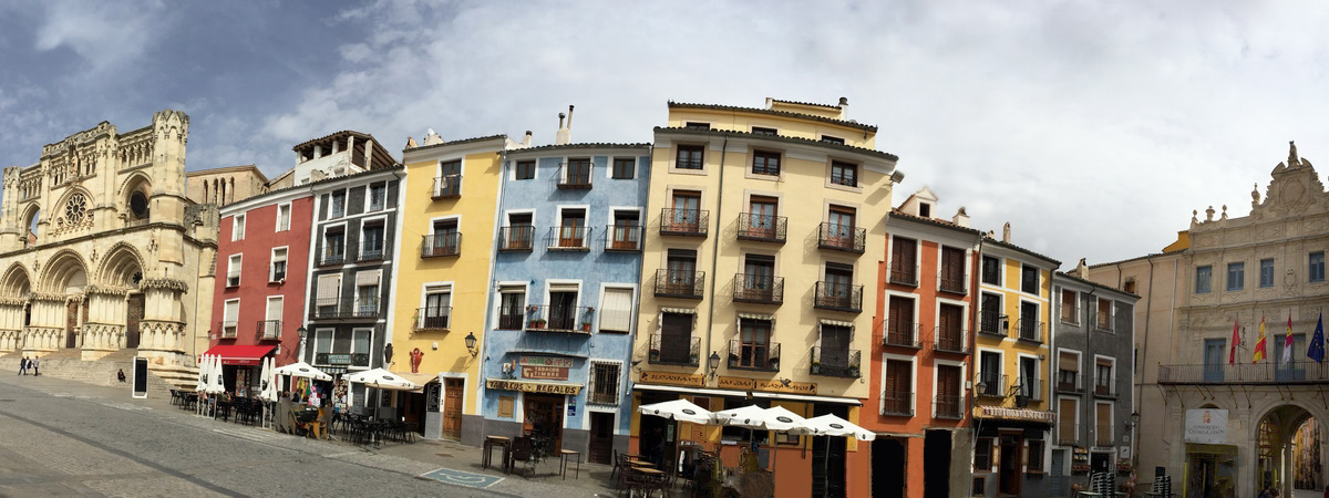 Häuserfassade am Plaza Mayor, Cuenca Panoramabild 1200x500
