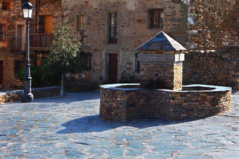 Brunnen am Plaza Mayor in Valverde de los Arroyos die schwarzen Dörfer 480x320