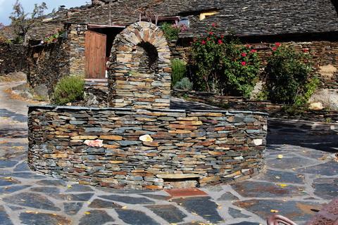 Dorfbrunnen in Campillo de Ranas die schwarzen Dörfer 480x320