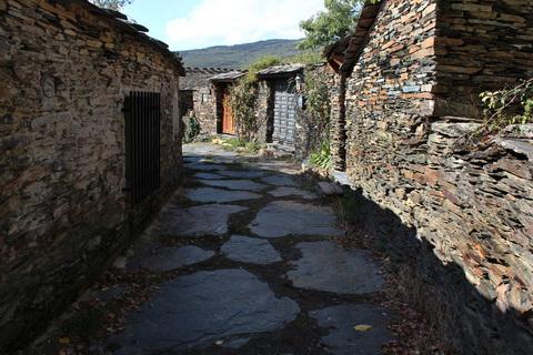 Enge Gasse in Campillo de Ranas die schwarzen Dörfer 480x320
